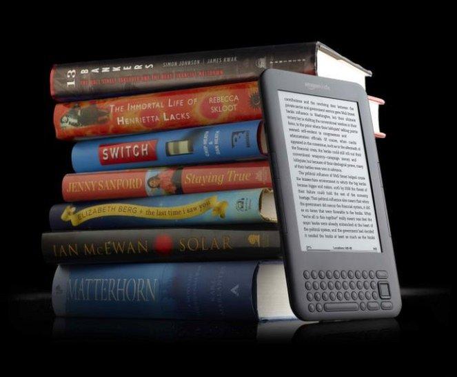 Nên mua máy tính bảng hay máy đọc sách Kindle?