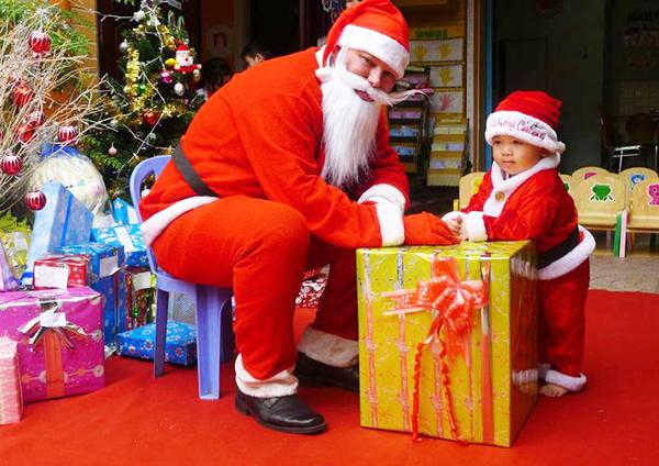 Sinh viên tất bật tìm kiếm việc làm thêm trong mùa Giáng Sinh (Noel)