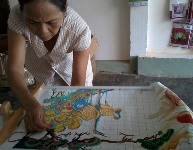Thêu tranh chữ thập tại nhà Biên Hòa