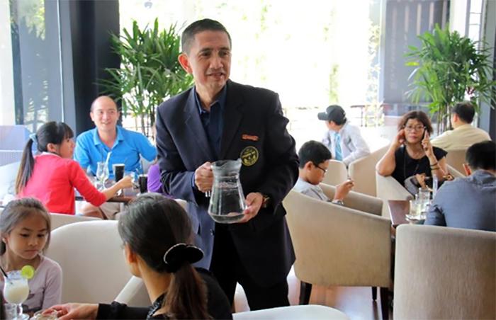 Quan sát tốt nhân viên phục vụ sẽ lấy được sự hài lòng của khách dễ dàng