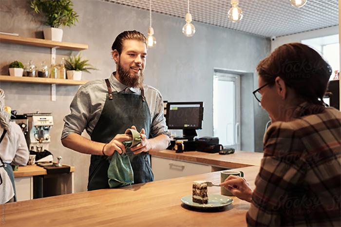 Nắm bắt tâm lý khách hàng là kỹ năng quan trọng mà nhân viên phục vụ cafe cần có
