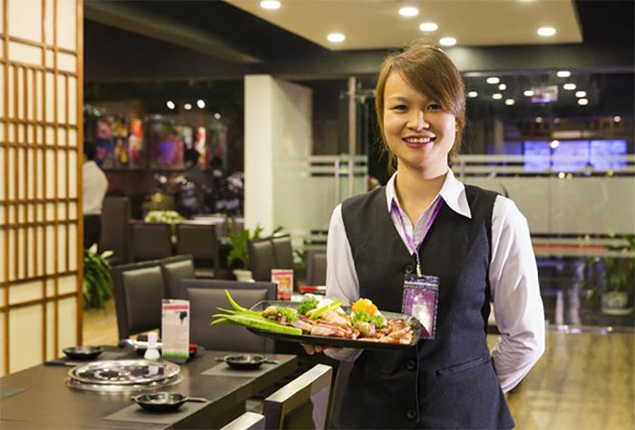Phục vụ nhà hàng cần chủ động học hỏi kinh nghiệm từ đồng nghiệp