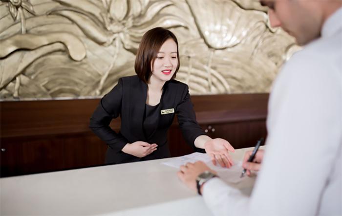Nhân viên lễ tân phải thực hiện nhiều công việc khác nhau từ đón khách, check in check out