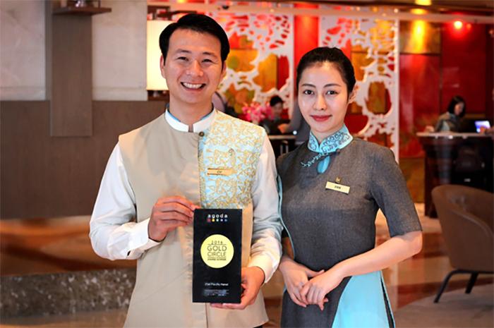 Lễ tân nhà hàng là người trực tiếp đón chào và tiễn khách
