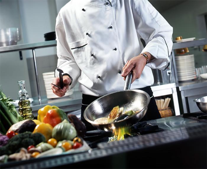 Đầu bếp là người trực tiếp sáng tạo và chế biến ra nhiều món ăn ngon, hấp dẫn