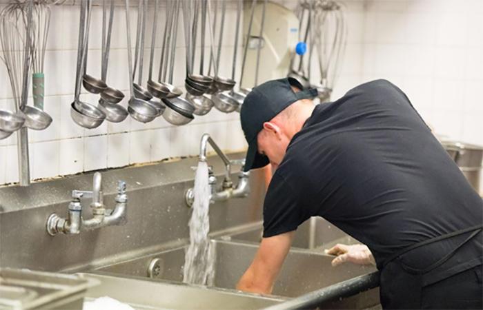 Nhân viên rửa chén nhà hàng đóng một vai trò quan trọng trong chuỗi hoạt động