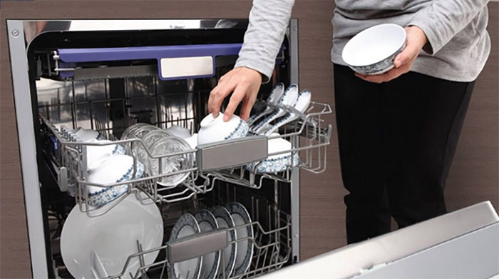 Chén, bát,... sau khi được rửa xong cần được sắp xếp gọn gàng, ngăn nắp