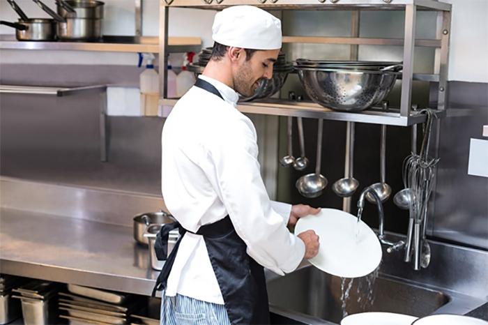 Nhân viên rửa chén nhà hàng cần tuân thủ các yêu cầu của trưởng bộ phận