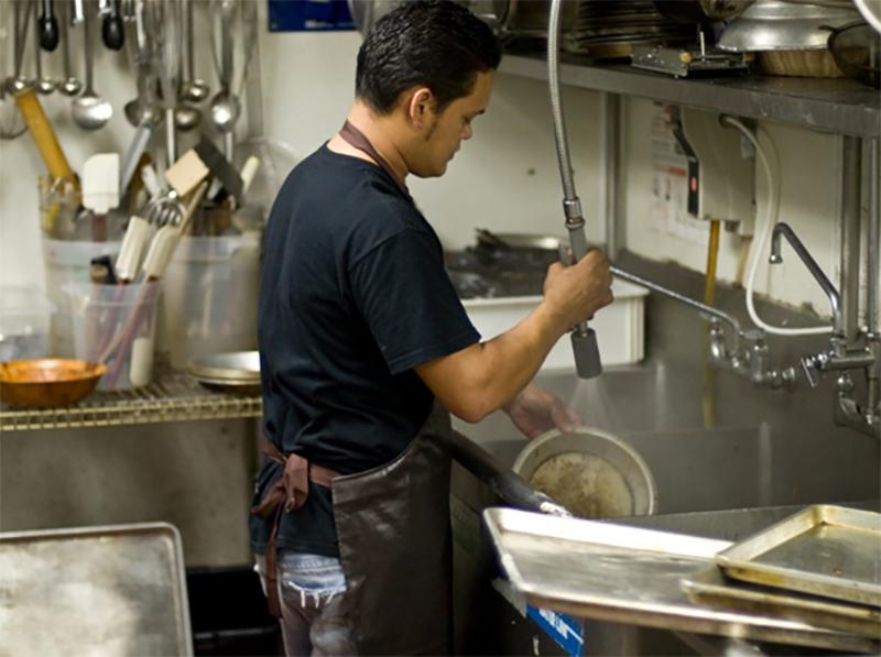 Tạp vụ rửa chén