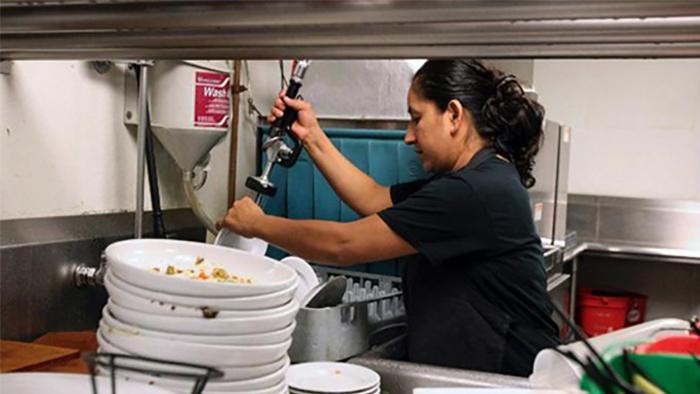 Tạp vụ rửa chén cần đảm bảo không gian bếp luôn sạch sẽ và ngăn nắp nhất