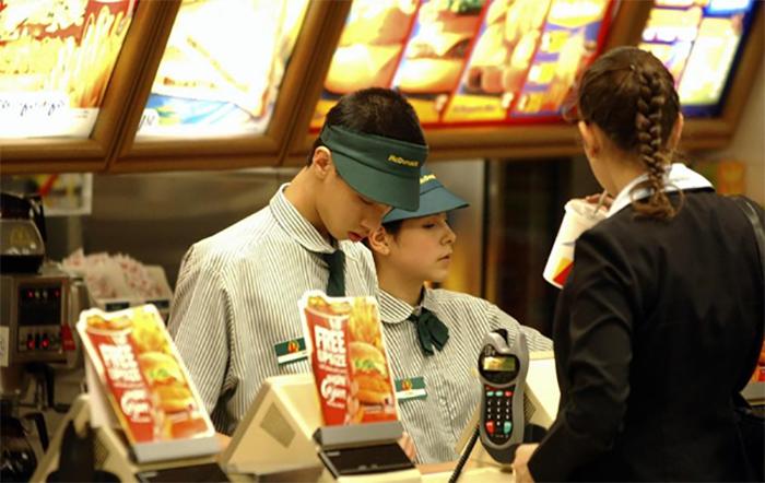 Nhân viên phục vụ là một việc làm ca sáng phổ biến tại TpHCM