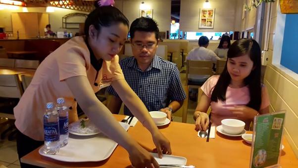 Phục vụ nhà hàng là công việc làm thêm được nhiều bạn sinh viên Hà Nội lựa chọn