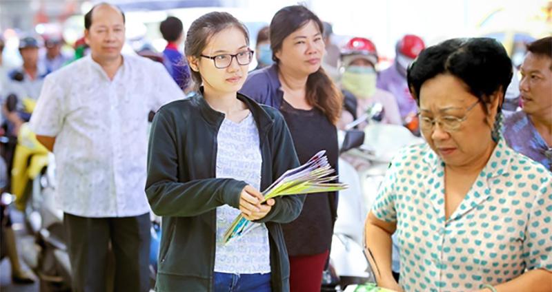Phát tờ rơi cho học sinh 16 tuổi TPHCM