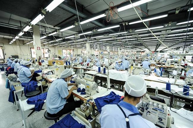 Công nhân tại phân xưởng