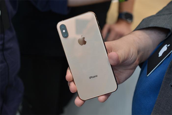 iPhone XS cần đến 30 phút để sạc từ 0% lên 22% với bộ sạc thường đi kèm