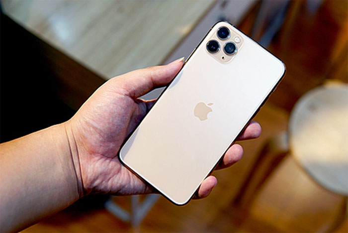 iPhone 11 Pro Max có thiết kế màn hình lớn 6.5inch, hai mặt lưng kính sáng bóng kết hợp với khung thép không gỉ chắc chắn.