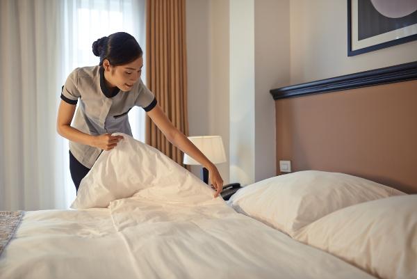 Nhân viên dọn phòng khách sạn bao ăn ở