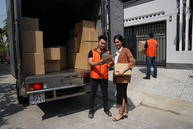 Nhân viên giao hàng xe tải