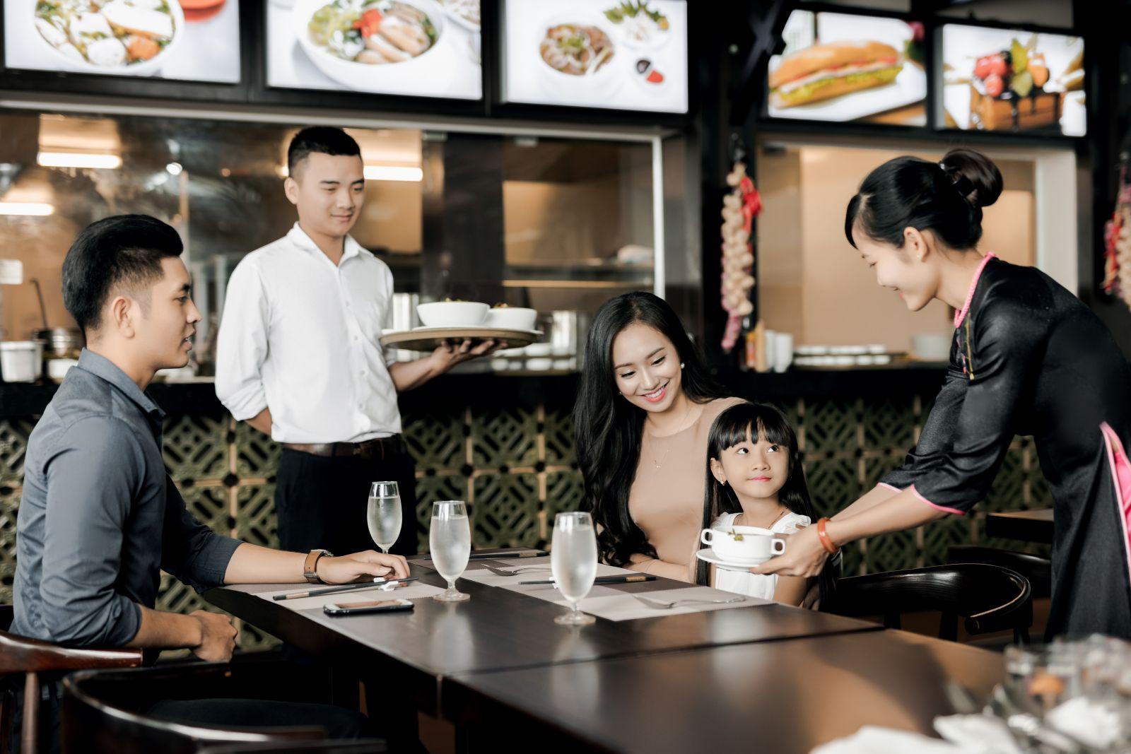 Nhân viên phục vụ quán ăn nhà hàng khách sạn