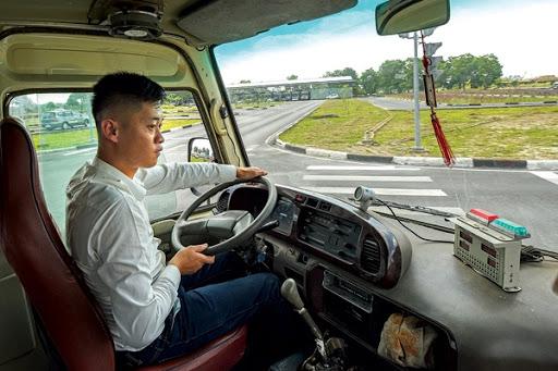 tài xế lái xe tải