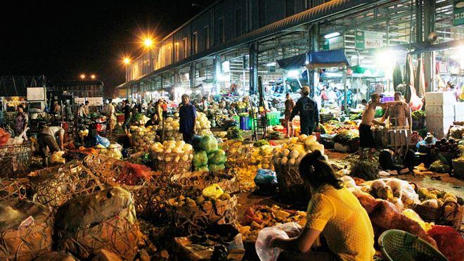 Việc làm ban đêm tại chợ đầu mối nhộn nhịp, tấp nập