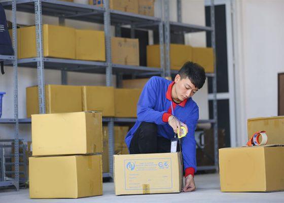 Nhân viên đóng gói làm việc tại công xưởng, doanh nghiệp