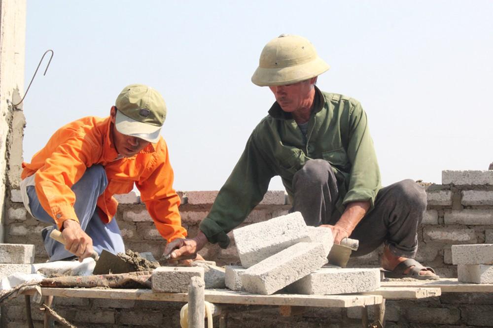 Thợ phụ hồ làm việc theo hình thức khoán tại Đà Nẵng
