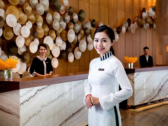 nhân viên lễ tân khách sạn