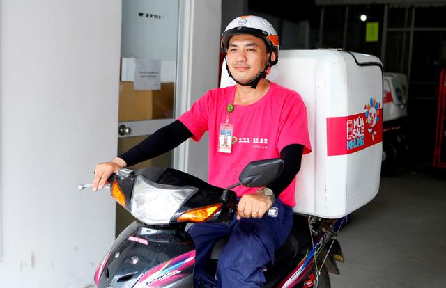 nhân viên giao hàng tại Hà Nội