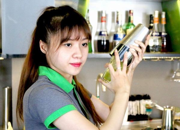 nhân viên pha chế quán trà sữa