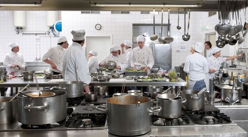 Nhân viên quản lý bếp ăn công ty