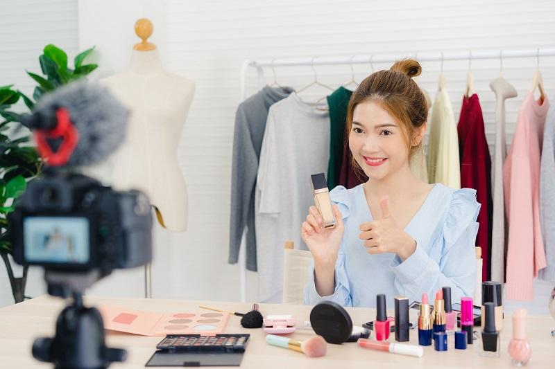 Nhân viên bán mỹ phẩm online