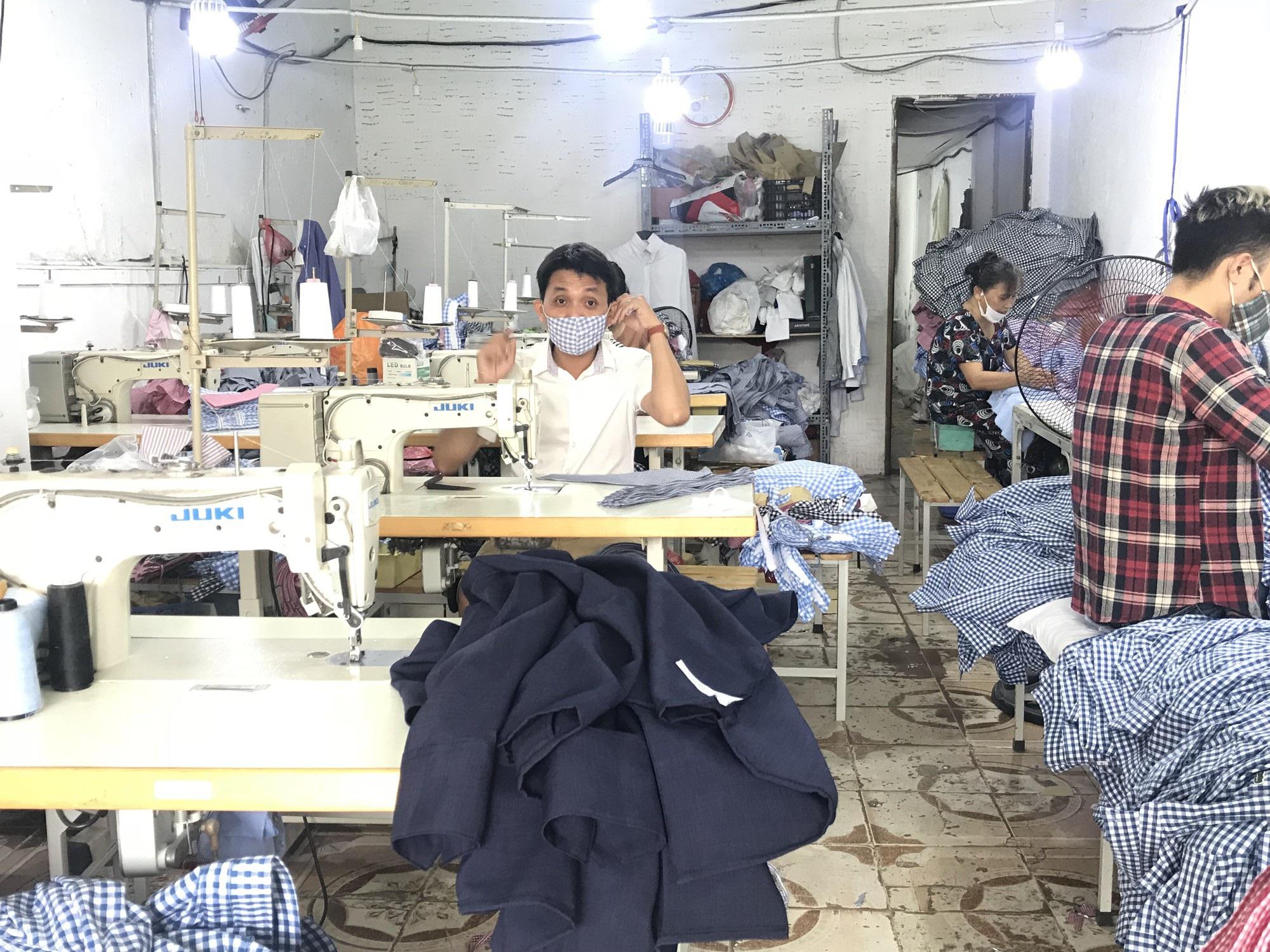 Thợ cắt vải ăn theo sản phẩm TPHCM