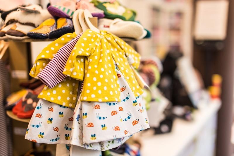 Nhân viên bán shop quần áo trẻ em